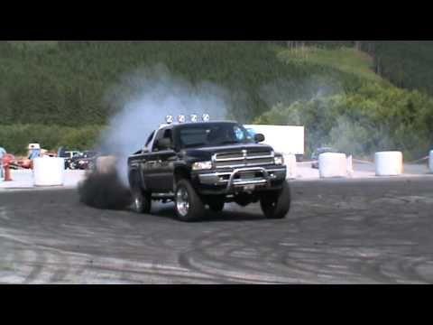 Dodge ram 2500 cummins drifting - YouTube