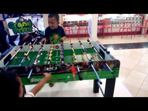 Cara bermain sepak bola meja (foosball)