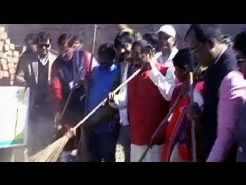 New Jharkhand Chief Minister picks up a broom, cleans Ranchi locality
