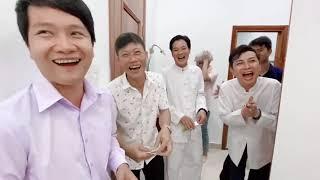 Nam Thư lì xì mừng tuổi anh Hoài Linh.