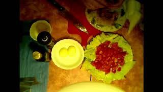 Салат с сардинами, яйцом и овощами.
