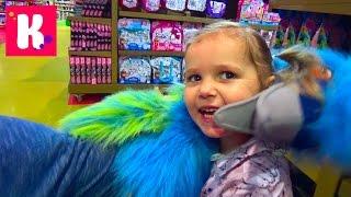 Катя в Дубаи День#8 едем в магазин игрушек катаемся с горки shoping in kids toy store