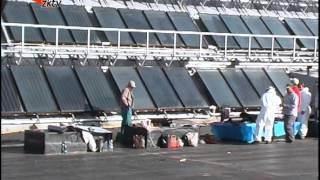 Na bazénu se opravuje střecha