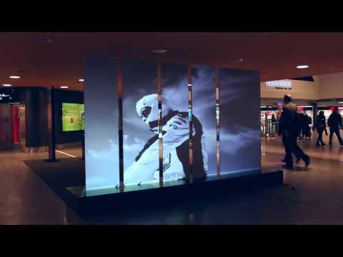 """Hannes Schmid """"Real Stories"""" am Flughafen Zürich auf SWISSLAMEX SCREEN - Glas Trösch"""