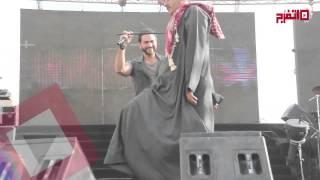 اتفرج  صعيدي يقتحم حفل تامر حسني بالمنيا ويرقص على المسرح