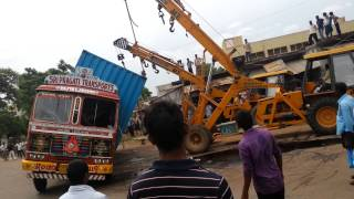 Truck accident after lifting cranes