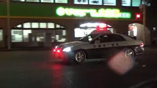 緊急走行で交差点を通過するパトカー/沖縄県警察