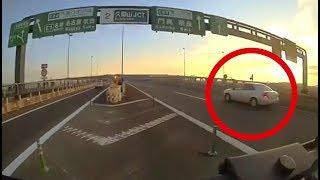 兵庫県警察の 覆面パトカーの幅寄せによる事故の瞬間