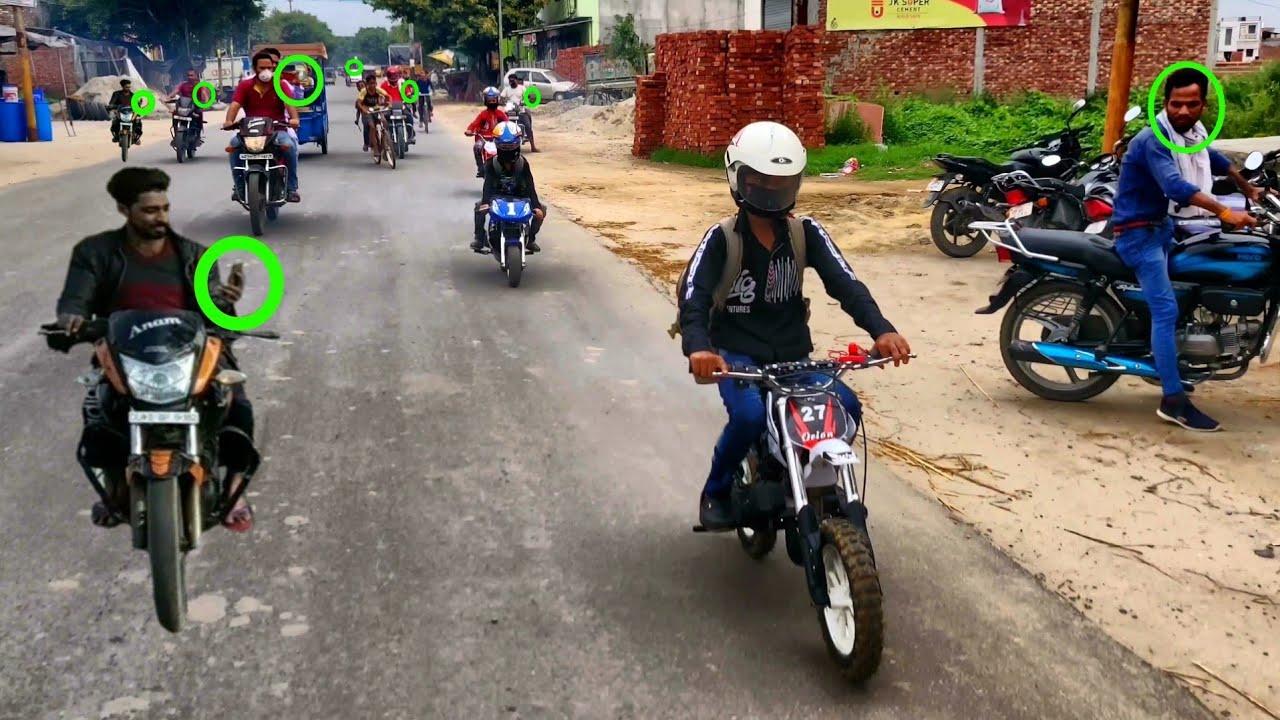 यह बच्चे जब भी बाइक लेकर निकलते हैं तो लोग इनकी वीडियो जरूर बनाते हैं