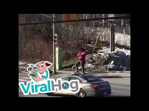 Žena popela se na policijsko auto da bi razbila šofer šajbu ! (VIDEO)