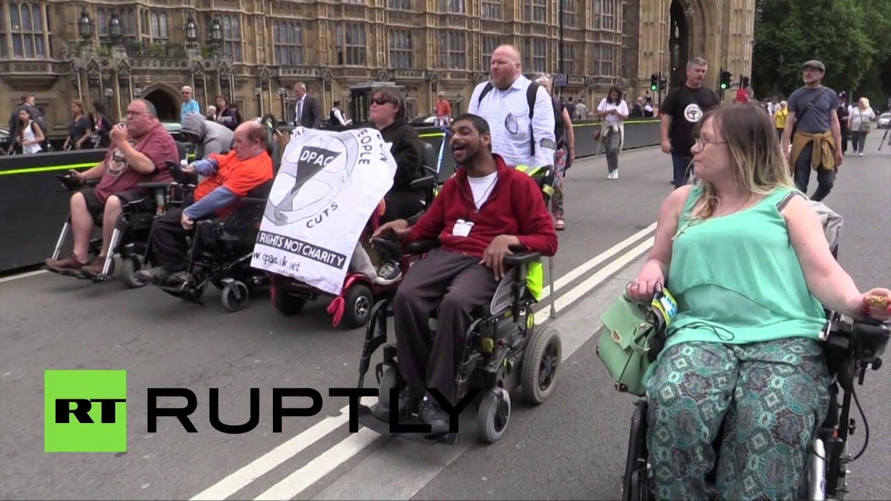В Лондоне инвалиды-колясочники в ходе протеста попытались прорваться в Палату общин
