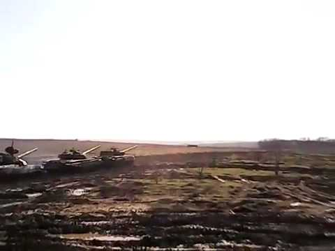 Российские боевики заводят танки с помощью буксировочного троса