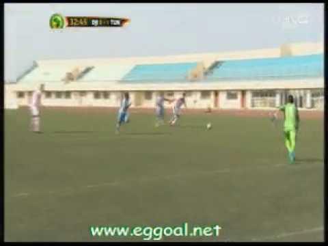 حارس منتخب تونس يمسك الكرة التى رجعت من المدافع ويتسبب فى خطا داخل المنطقة