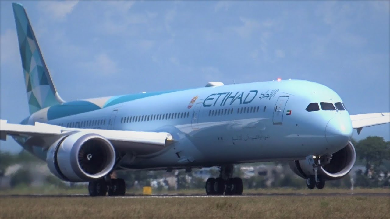 Pilots Fighting Strong Winds Amsterdam Schiphol Airport B777, B747, A330Neo, A330F, B767F