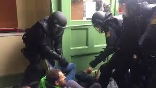 Policía española reprime referéndum de Cataluña