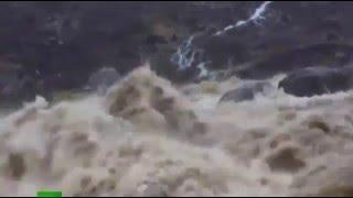 Сильный ШТОРМ ДЕСМОНД, вызвал сильное НАВОДНЕНИЕ на северо западе Великобритании Новости Мира(http://vk.cc/5gAYWX Самый крутой видеорегистратор 3в1 Сильный шторм на северо-западе Великой Британии привел к серье..., 2015-12-06T21:08:45.000Z)