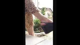 Девушка покачивает туфелькой