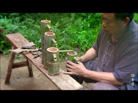 Kakek tua di pedesaan memotong bambu dan membuat seni bambu dengan roda.