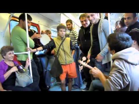 в Тбилиском метро поют - Belo Travel