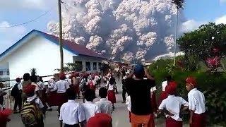 Tangis Histeris Anak SD Saat Gunung Sinabung Meletus
