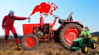 Малыш катается на крутом Тракторе и ремонтирует с Папой сломанный Трактор. Видео для детей