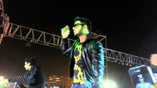 Honey singh doing bhangra live