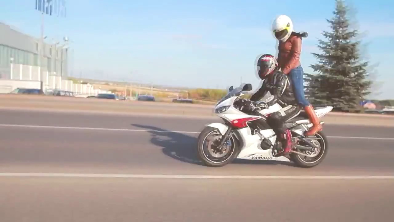 Фото Девушка с парнем на мотоциклах