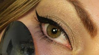 Oční linky vytvořené pomocí lžičky