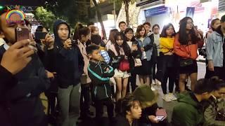 Fan Kpop quá cute hát cực chất Lonely - 2NE1 trên Phố Đi Bộ