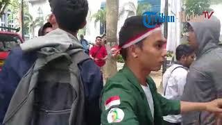 Download Video Detik-detik Kericuhan Dua Massa Pro dan Kontra Jokowi di DPRD Sumut MP3 3GP MP4
