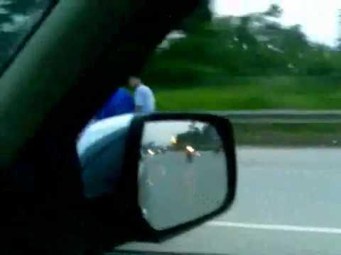 Nữ quái Hà Nội lái xe bằng chân - A Crazy girl ride her bike by her leg