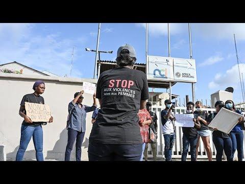شاهد: اعتصامٌ نسائي في ساحل العاج ضد مقدم برامج تلفزيوني لـ-تبريره الاغتصاب-…
