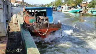 Toàn cảnh tàu kéo dòng phà chở kobe đi đóng cọc.