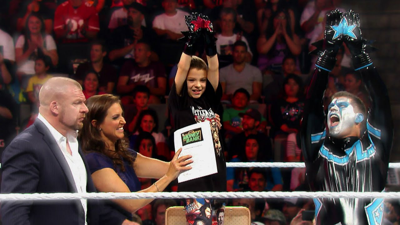 nouveau produit a19f7 a8762 Elijah Mainville signs his contract to become an honorary WWE Superstar