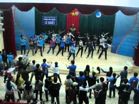 Toàn cảnh tập dân vũ Chicken Dance - CLB TNX VR4U (12/11/2011)