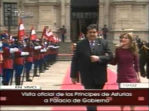 Presidente García y Princesa de Asturias, Letizia Ortiz, saludan a la guardia presidencial.