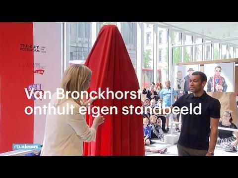 Feyenoordtrainer Van Bronckhorst geëerd met beeld - RTL NIEUWS