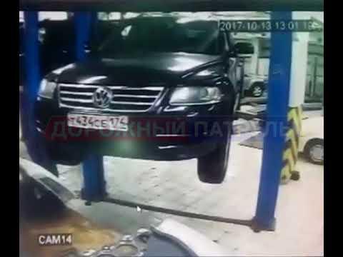 В Уфе во время ремонта автомобиль сорвался с подъемника
