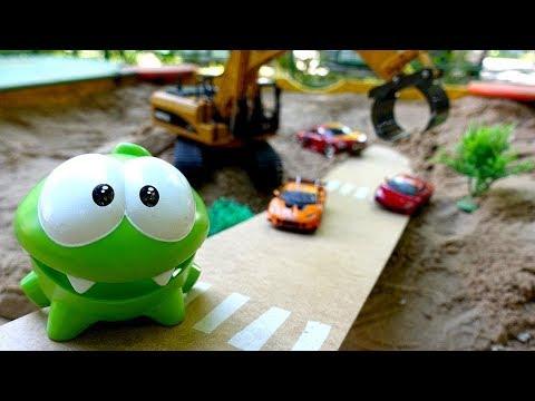 Spielzeugvideo Mit Om Nom. Rennen Im Sandkasten. Video Für Kinder.