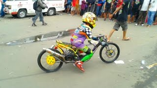 Video Duel Drag Bike ALFAN CEBONK VS EKO KODOK Terbaru(Video Duel Drag Bike ALFAN CEBONK VS EKO KODOK Terbaru ================= Link Video : https://youtu.be/LDXrrdS6aPY subscribe my channel ..., 2016-08-31T21:31:58.000Z)