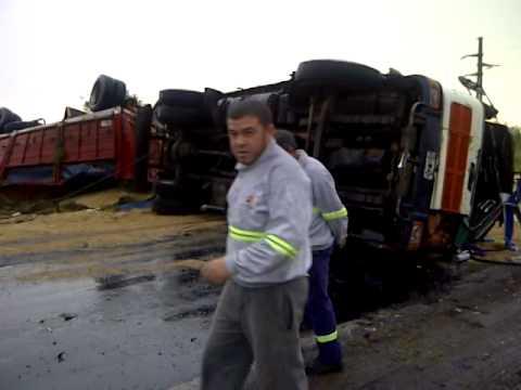 Volcaron dos camiones frente a Nidera 2