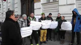 Fogyetékkal élők tüntetése az aradi prefektúránál Thumbnail