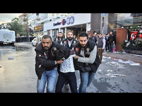 Turquie : manifestation pour la liverté de la presse après la fermeture de deux chaînes de…