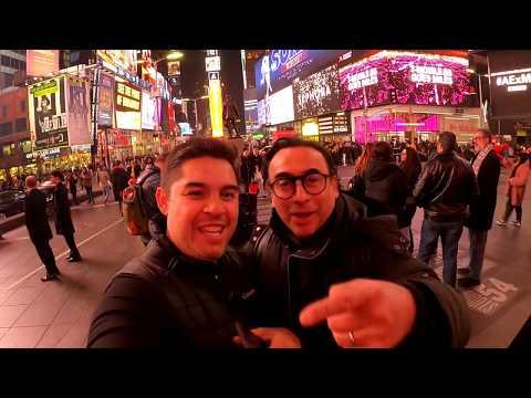 Saludando a Adal Ramones en Nueva York