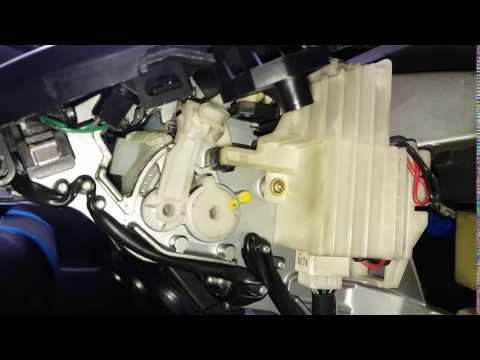 почему счёлкает педаль тормоза на тоета