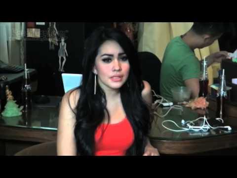 Seksinya Kartika Putri dengan Celana Pendek & Kaos Oblong