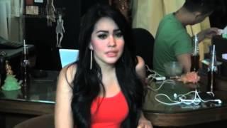 Download Seksinya Kartika Putri dengan Celana Pendek & Kaos Oblong