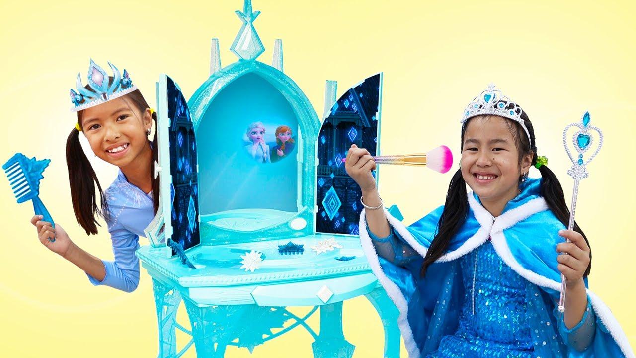 Wendy y Jannie se visten con disfraces y juguetes de maquillaje | Princesas Disney | Frozen Dress Up