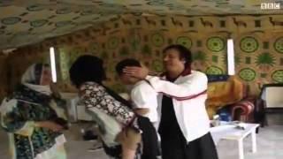 المجرم معمر القذافي مع عائلته في الخيمة قبل سنتين