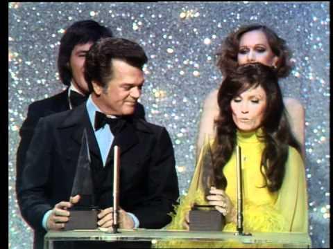 Conway Twitty & Loretta Lynn Win Favorite Country Group  AMA 1975